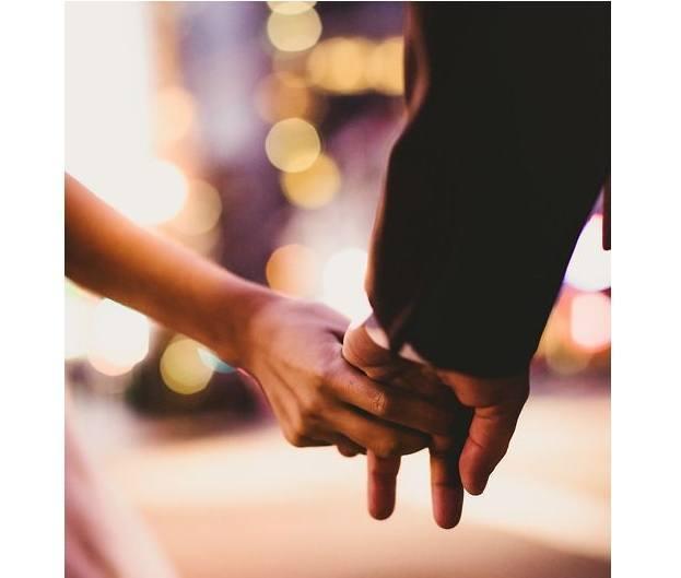 Relatie handen vasthouden