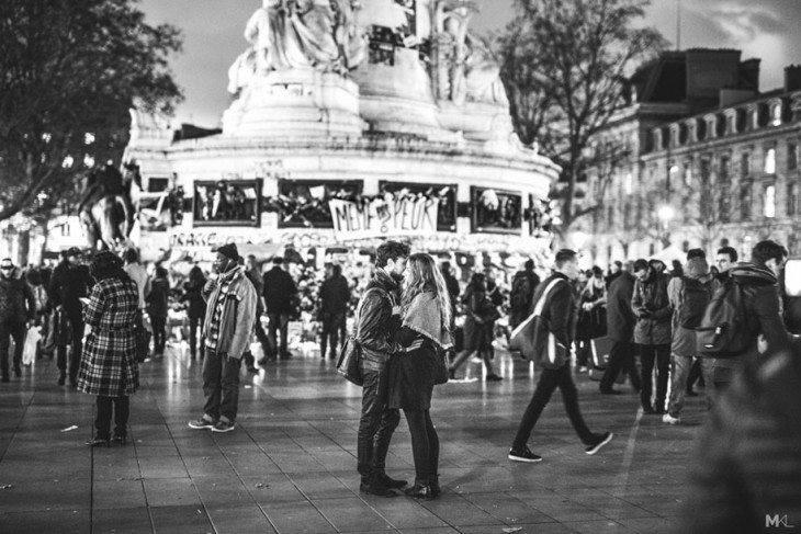 couples-kissing-hugging-public-spaces-black-white-photography-mikael-theimer-16