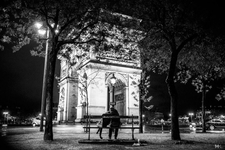 couples-kissing-hugging-public-spaces-black-white-photography-mikael-theimer-20